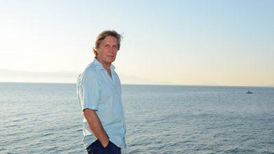 Der Mann und das Meer /  Sigmar Solbach am Meer in Cesme  /   Tuerkei / exklusiv / bitte Honorarabsprache / Credit/Fotozeile: Barbara Volkmer