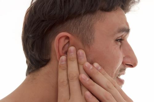 Mann mit Ohrenschmerzen