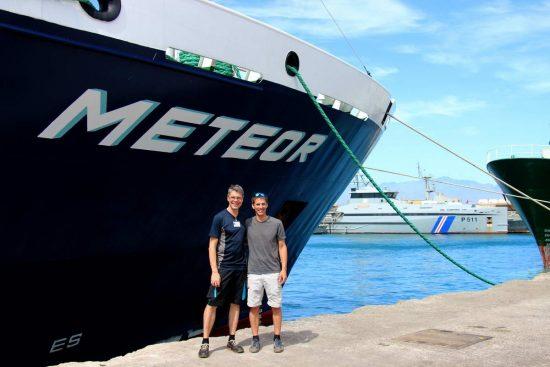 Prof. Dr. Arne Körtzinger (GEOMAR) und Prof. Dr. Burkard BBaschek (HZG) vor dem Forschungsschiff METEOR im Hafen von Mindelo.